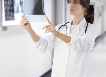 Médecin lisant une radiographie-Santé au travail